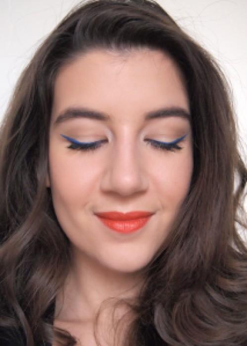 eye liner bleu et rouge à lèvre orange