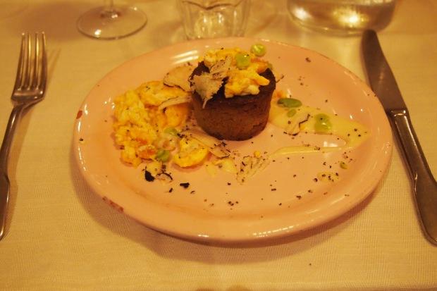 tortino carciofo, uova strapazzate e tartuffo