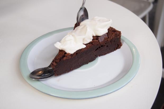 Ce gâteau est une excuse pour manger à la cuillère de la crème fraîche